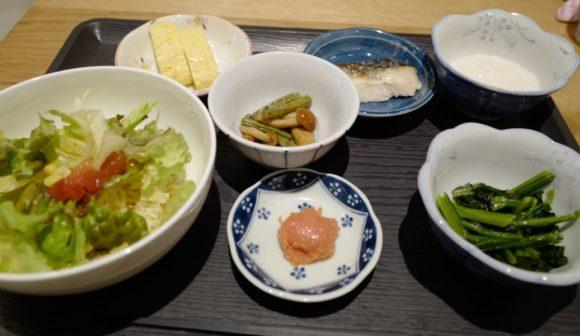 サラダやとろろ、サバや明太子、卵焼きを選びました。