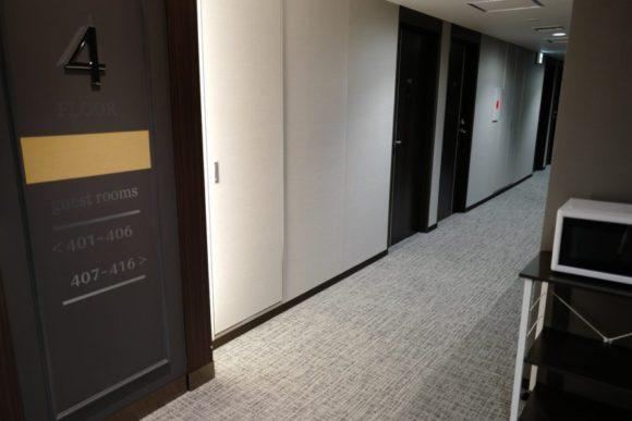 4階のエレベーターホール。電子レンジもある。