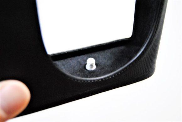 カメラとケースを固定するためのネジ。