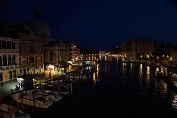 ベネチアの夜景。運河の移ろいも完璧です。