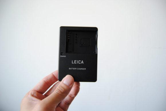 ライカの充電器(これに充電ケーブルが付きます)。