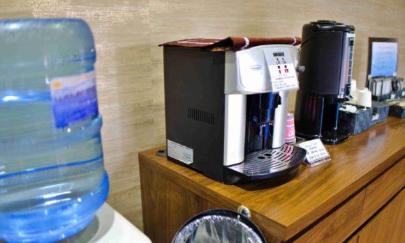 受付横にはウォーターサーバー、コーヒーのサービスもある。
