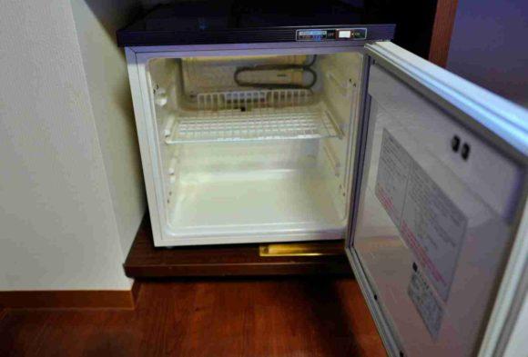 テレビの下に冷蔵庫もある。