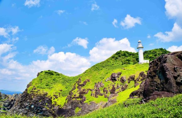 切り立った崖に灯台が勇ましい。