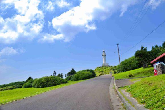 坂道が続く。駐車場からは徒歩1、2分程度で灯台へ。