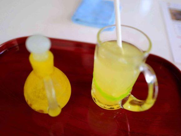 シロップで甘くして飲むシークワーサージュース。甘酸っぱくて最高。