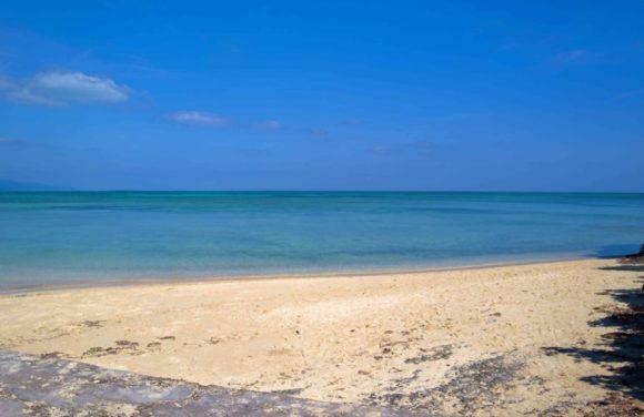 白い砂浜。透き通った海。