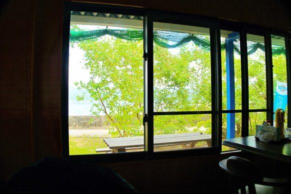 窓からは海が見える。