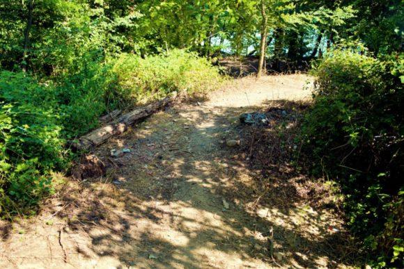 泥の坂道を登る。