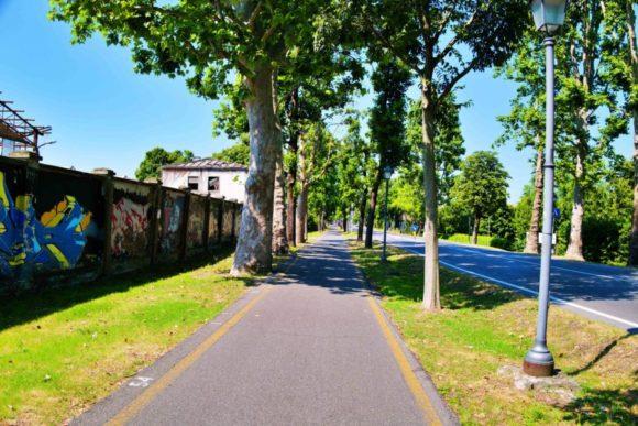 クレマ駅から真っ直ぐの道を行く。