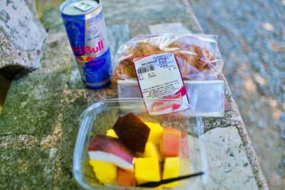 スーパーで買ったパンとフルーツ、レッドブル。