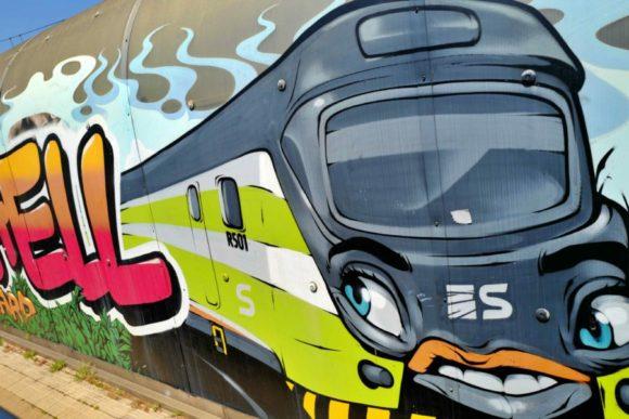 かわいい電車のグラフィティ。日本で駅にこんなの描いたらニュースになるな。