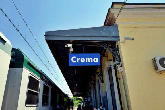 CREMA駅。