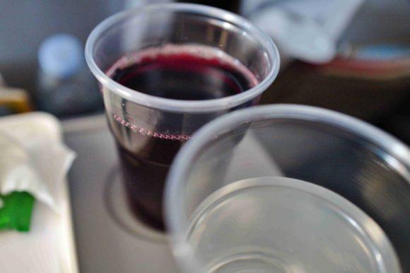 赤ワインと水。