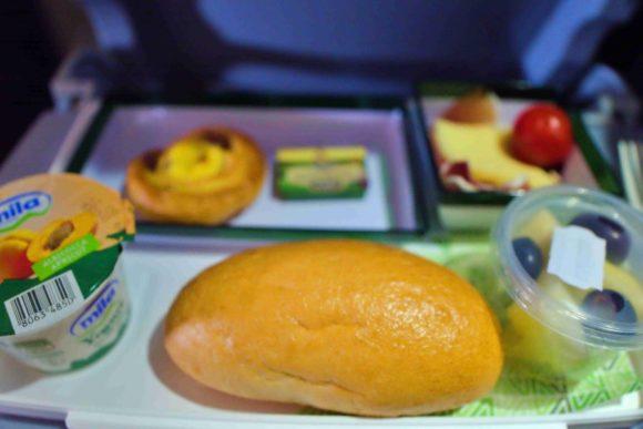 朝食っぽい機内食。