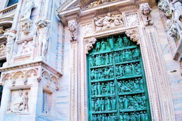 正門扉には聖母マリアの生涯が描かれている。