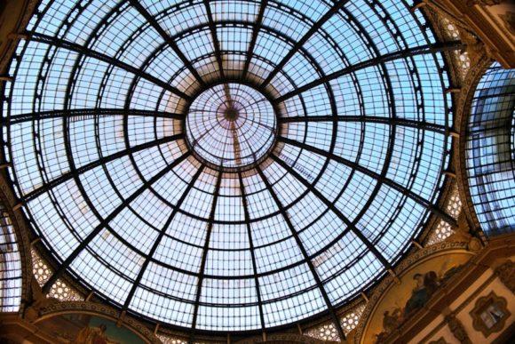 開放的なガラスの天井。