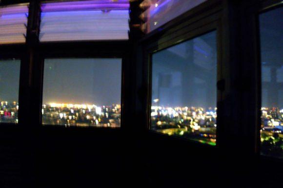 窓越しの夜景。