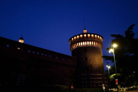 夜のスフォルツェスコ城