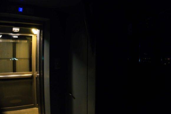 エレベーターを降りると真っ暗。
