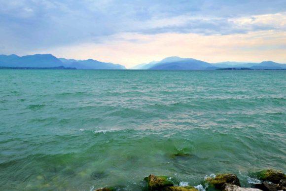 朝のガルダ湖。