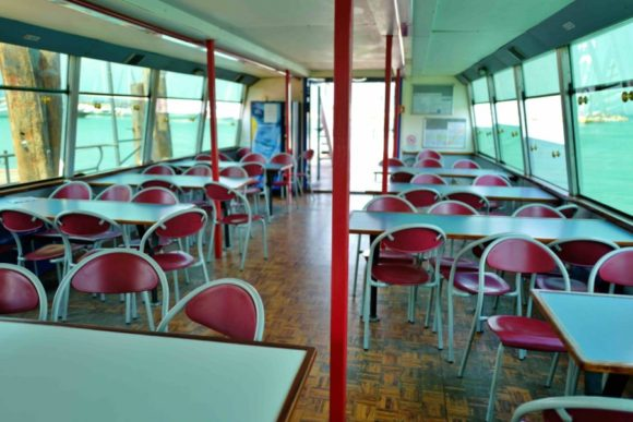 ヴェローナ号はちゃっちい船なのでパイプ椅子だった。