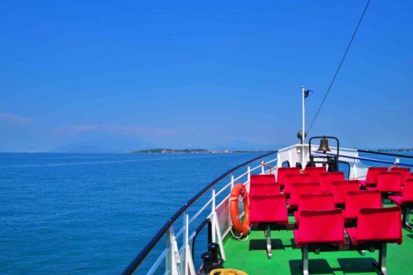 イタリアンカラーな船。シルミオーネが小さく見える。