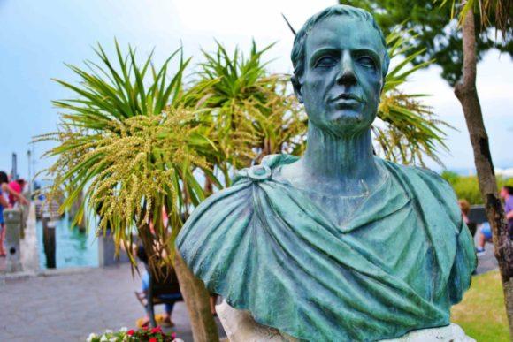 凛々しいお顔のガイウス・ウァレリウス・カトゥルス(紀元前84年頃 - 紀元前54年頃)。 初期ラテン文学における恋愛詩の分野を開拓した、らしい。日本で言うと渡辺淳一?