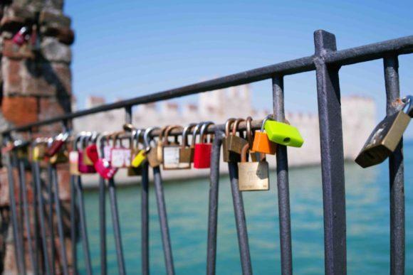 恋人たちが錠前を取り付けて愛を誓った?