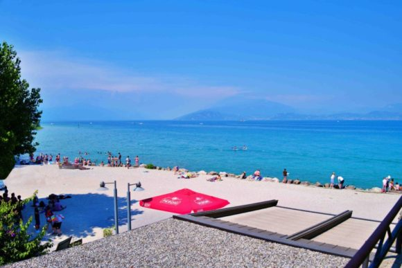 シルミオーネのパブリックビーチ。ズルいぞ、イタリア人。
