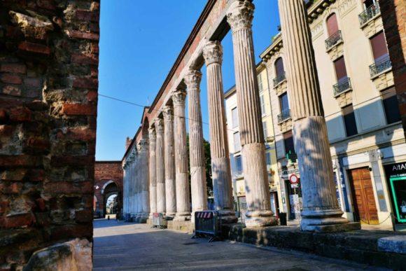 古代ローマの16本の列柱。凄い迫力。