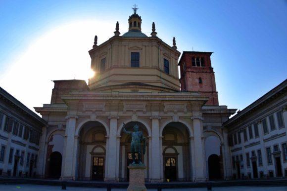 朝日を背景にサン・ロレンツォ・マッジョーレ教会。
