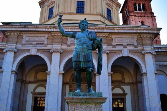 ローマ皇帝コンスタンティヌスの銅像