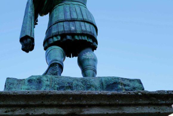 ローマ皇帝の右足に落書きが…
