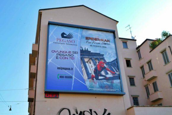 スパイダーマンの広告。ベルリンのブランデンブルク門が背景だ。