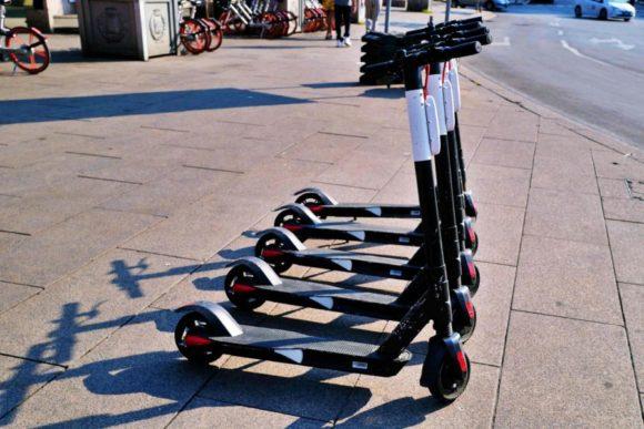ミラノではキックスクーターが流行っているのかな?