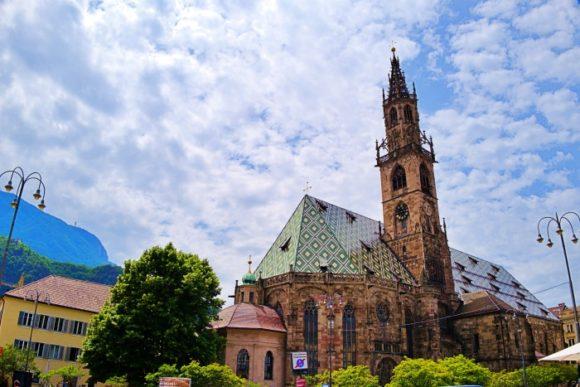 ドイツ的なドゥオーモが街のシンボル。