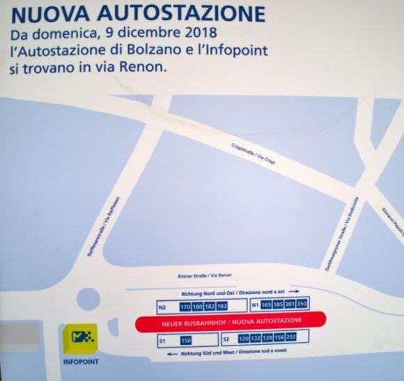 170番のバス停は、駅を降りて右側にあった。