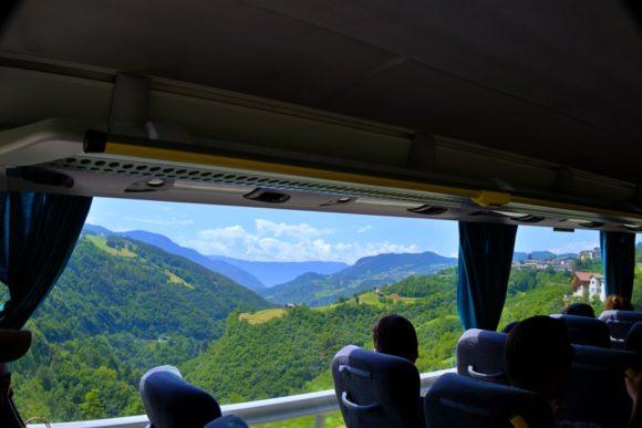 バスからはドロミテの景色(まだ穏やか)