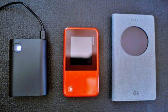 左からモバイルバッテリー、ポータブルWi-Fi、スマホ(ZenFone3)