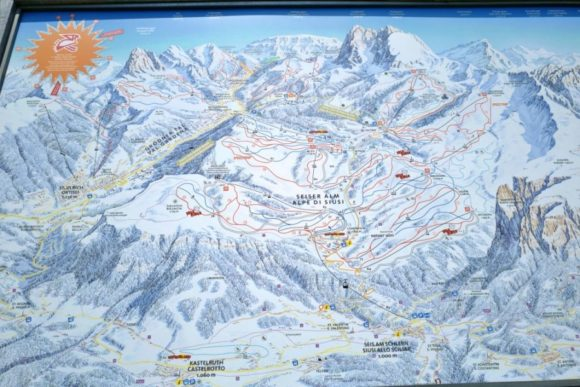 ロープウェイ乗り場にはスキーヤーのためのゲレンデMAPがある。