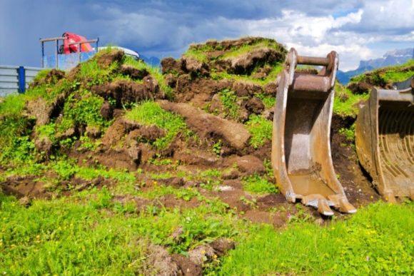 クレーンで掘り起こされるシウジの大地