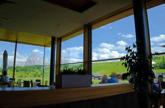 テラス席や店内からはドロミテの美しい景色が堪能できる。