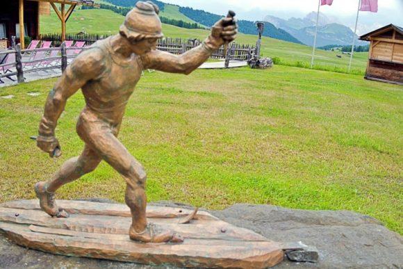 木彫のスキーヤー