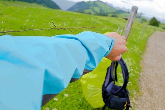 ミレーのゴアテックスの上着を羽織る。