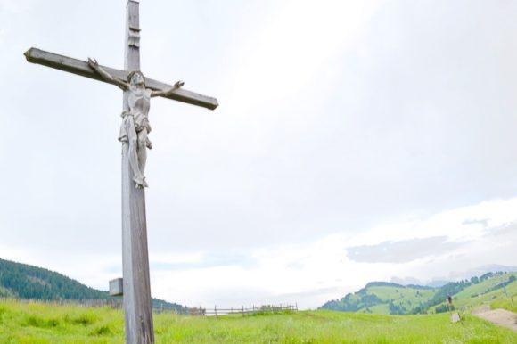 ベンチの背後にはキリストの十字架。