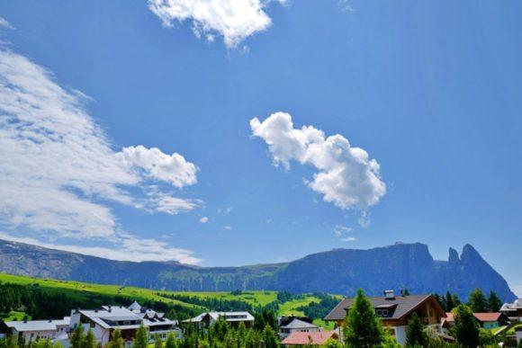切り立った山はペッツ山(2563m)