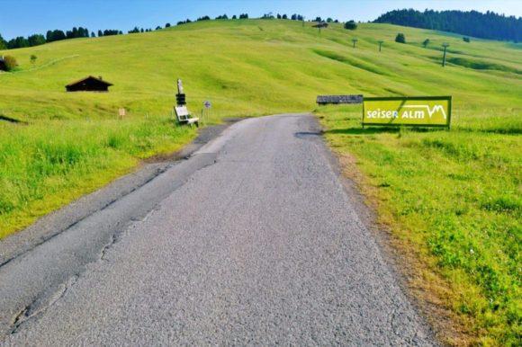 スキーゲレンデのような道を進む