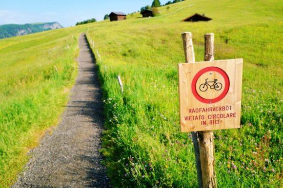 自転車OKの歩道だが、傾斜がきつすぎると思うけど・・・