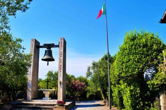青空にイタリアの国旗が映える。